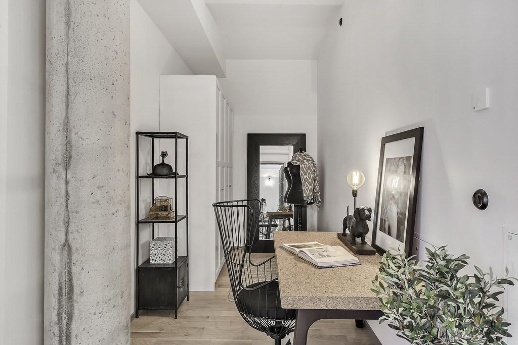 Домашний офис в стиле лофт со стальной мебелью.