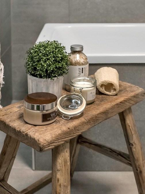 Похоже, что табурет из состаренного дерева всегда стоял в ванной