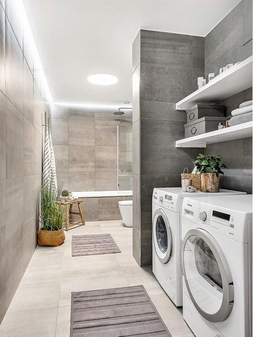 Ванная комната облицована кафельной плиткой напоминающей бетон.