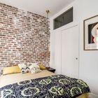 В спальне есть большая двуспальная кровать, но нет плательного шкафа. (спальня,дизайн спальни,интерьер спальни,индустриальный,лофт,винтаж,стиль лофт,индустриальный стиль,интерьер,дизайн интерьера,мебель,квартиры,апартаменты)