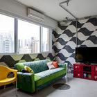 Гостиную с тротуарной плиткой на стенах хозяин квартиры считает основной дизайнерской находкой.