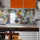 Кухонный фартук из старых ресторанных меню за стеклом.