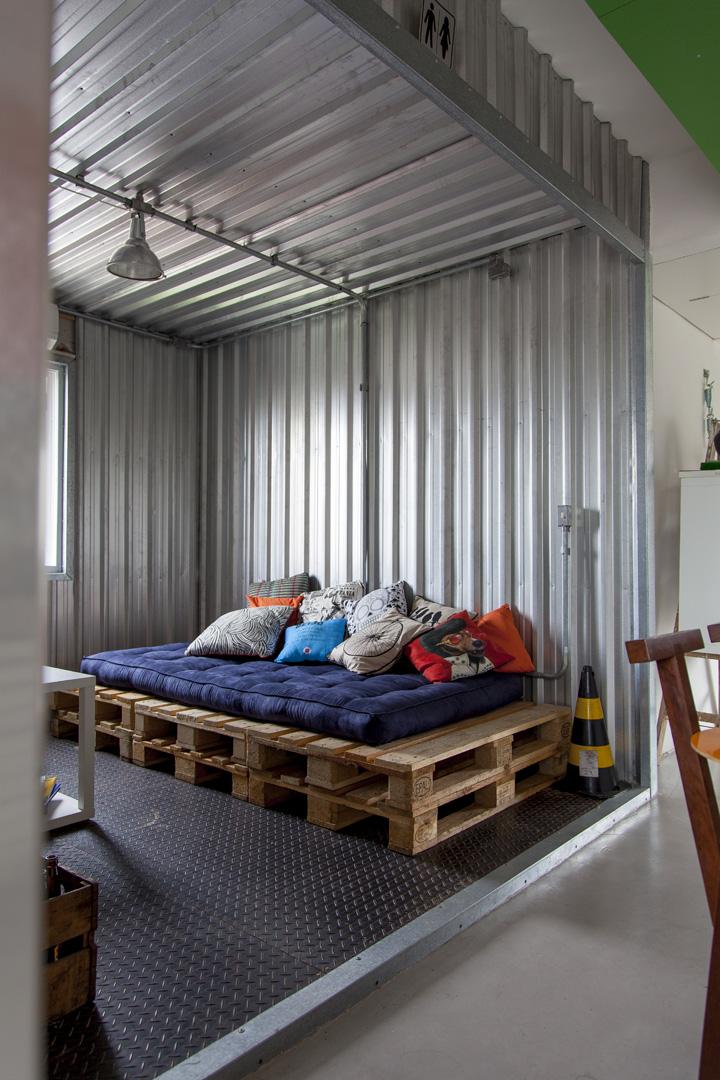 Диван в медиа комнате сделан из строительных поддонов.