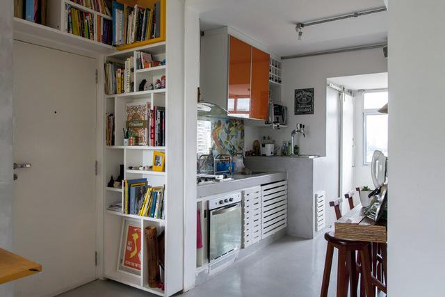 Кухня рядом с входом в квартиру.