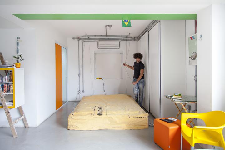 Открытая спальня хозяина дома. Кровать-матрац может быть поднята.
