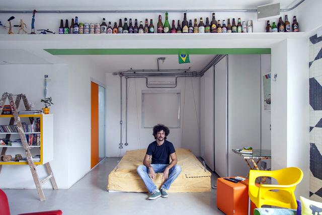 Полка под потолком служит для экспозиции статуэток и коллекции бутылок.