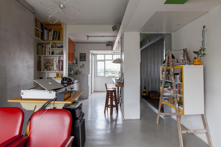 Вид из глубины квартиры на кухню, столовую и медиа комнату.
