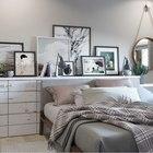 На полочке над кроватью достаточно места для различного декора. (квартиры,апартаменты,мебель,интерьер,дизайн интерьера,скандинавский,спальня,дизайн спальни,интерьер спальни)