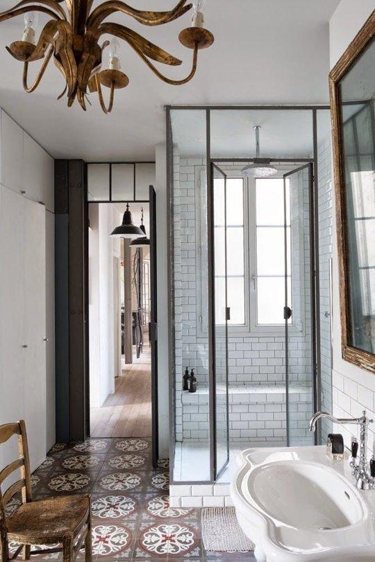 Еще одна душевая кабина со стальной рамой. Множество элементов делают эту ванну такой уникальной - люстра, окно в душе и кафельная плитка.