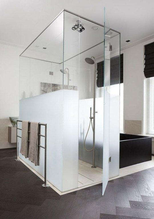 Отличный дизайн ванной в стиле минимализм. Матовая нижняя часть стеклянной душевой кабины - замечательный способ добавить приватности не нарушив минималистичного дизайна.