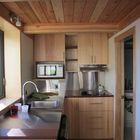 Кухня и вход в ванну (кухня,маленький дом,архитектура,дизайн,интерьер,экстерьер,мебель,современный)