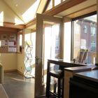 Вход непосредственно в жилую комнату (гостинная,столовая,вход,прихожая,жилая комната,современный,мебель,архитектура,дизайн,интерьер,экстерьер,маленький дом)