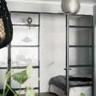 Альков спальни отделен от жилой комнаты остекленной перегородкой с металлической рамой. (интерьер,дизайн интерьера,мебель,квартиры,апартаменты,скандинавский,спальня,дизайн спальни,интерьер спальни)