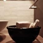 Интересное решение - использовать глиняную тарелку в качестве мыльницы. (1950-70е,середина 20-го века,архитектура,дизайн,экстерьер,интерьер,дизайн интерьера,мебель,квартиры,апартаменты,ванна,санузел,душ,туалет,дизайн ванной,интерьер ванной,сантехника,кафель)
