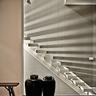 Лестница на второй этаж пропускает свет и создает интересные блики на стене. (1950-70е,середина 20-го века,архитектура,дизайн,экстерьер,интерьер,дизайн интерьера,мебель,квартиры,апартаменты,лестница)