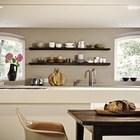 Открытые темные полочки на кухне больше служат элементом декора.