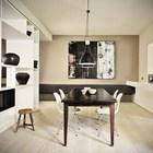 Столовая между кухней и гостиной с винтажным столом и табуретом.