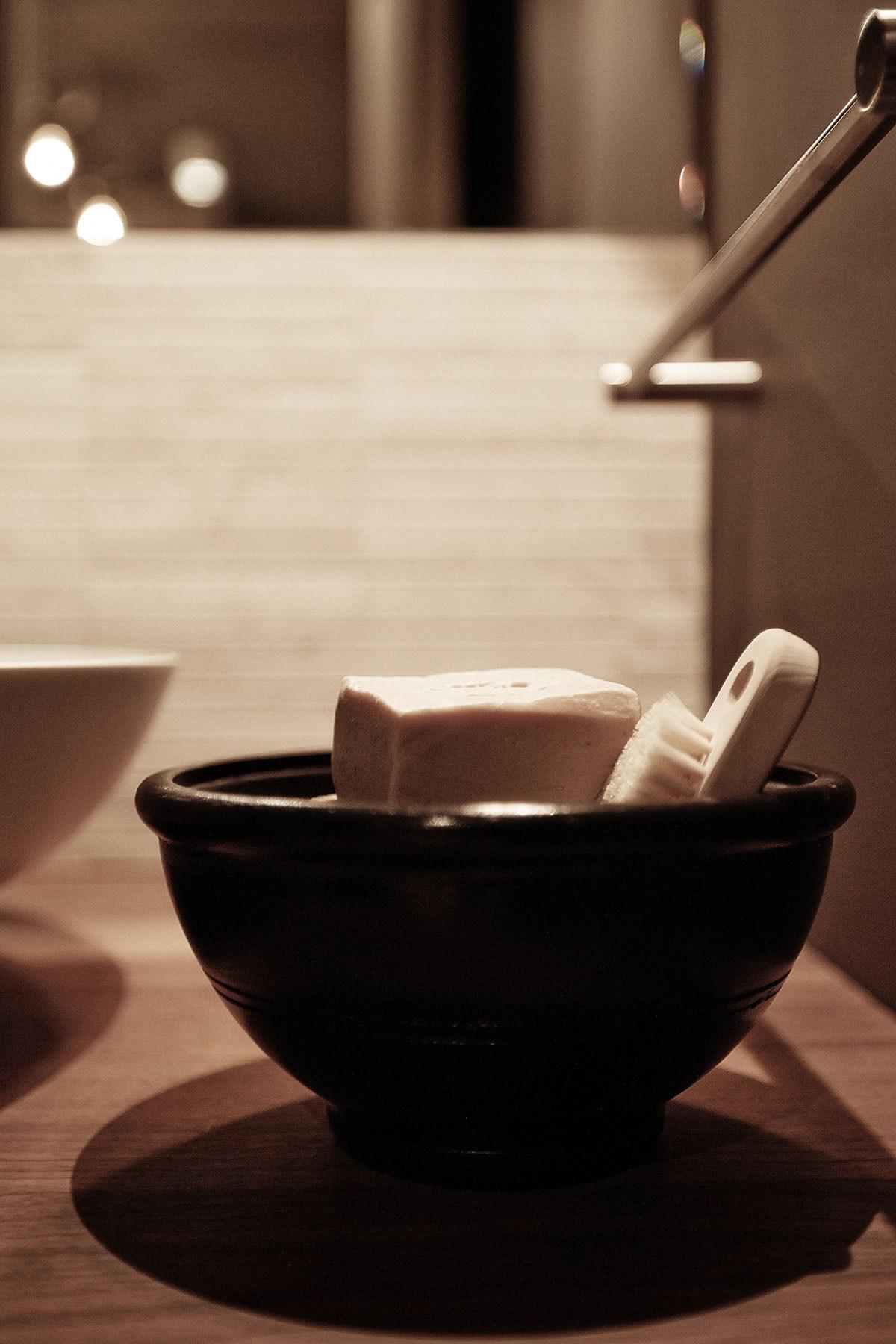Интересное решение - использовать глиняную тарелку в качестве мыльницы.