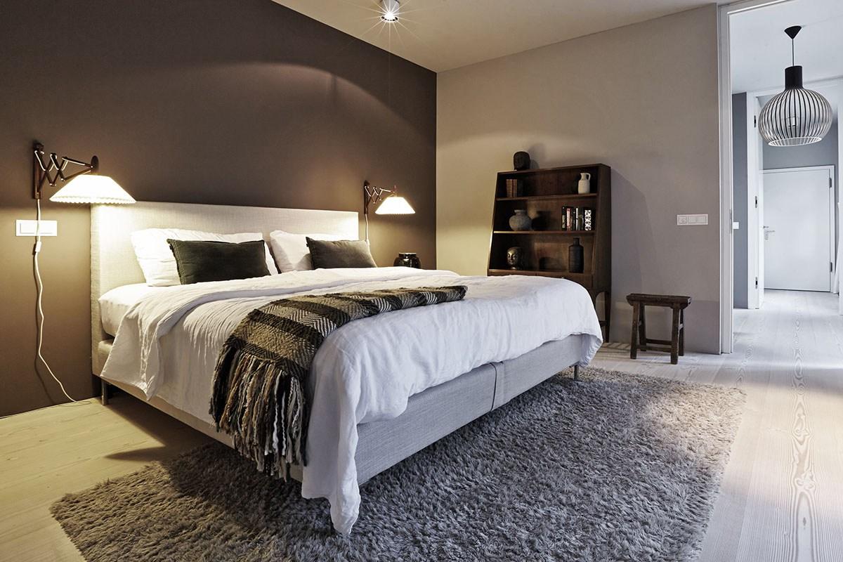 В спальне нейтральная современная кровать, благодаря другим элементам мебели и свету, не концентрирует на себе внимание и не вызывает ощущения лишнего предмета.