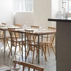 Столы в стиле лофт с трубным каркасом и дубовой столешницей. Кирпичные стены окрашены белой краской. (индустриальный,лофт,винтаж,стиль лофт,индустриальный стиль,архитектура,дизайн,экстерьер,мебель,интерьер,дизайн интерьера)