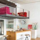 Кухонный остров отделяет кухню от гостиной и является тем местом где можно быстро позавтракать или выпить кофе сидя на стильных барных табуретах в стиле лофт.