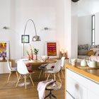 На данном фото наглядно видно как непринужденно сочетаются разные стили в интерьере дома. (индустриальный,лофт,винтаж,стиль лофт,индустриальный стиль,архитектура,дизайн,экстерьер,интерьер,дизайн интерьера,мебель,квартиры,апартаменты,кухня,дизайн кухни,интерьер кухни,кухонная мебель,мебель для кухни,столовая,дизайн столовой,интерьер столовой,мебель для столовой)