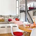 Не каждая гостиная может похвастаться бетонным диваном и бетонным журнальным столиком.