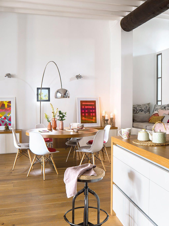 На данном фото наглядно видно как непринужденно сочетаются разные стили в интерьере дома.