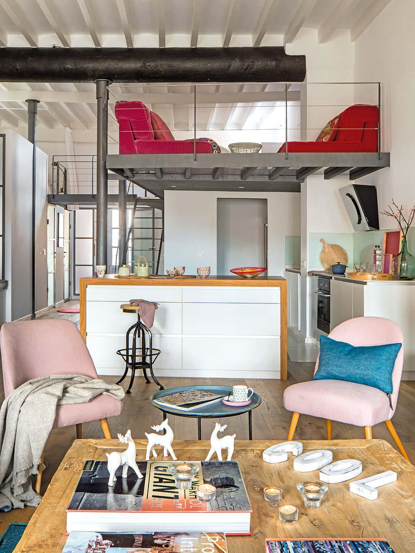 На фото отлично видна вся стальная конструкция второго уровня дома, на котором прямо над кухней расположена небольшая ланж-зона спальни находящейся рядом.