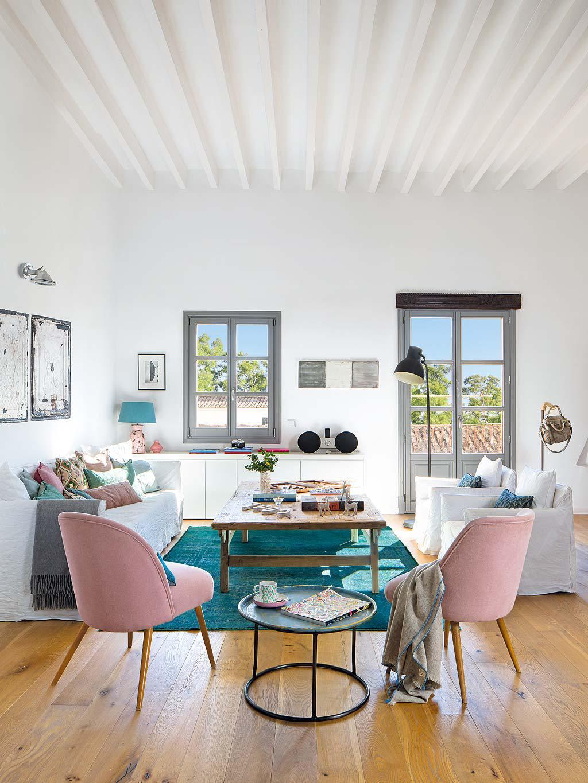Вид на гостиную от кухонного острова. Очень светлое и просторное помещение.