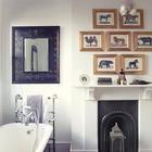 Некогда функциональный камин сейчас играет декоративную роль в этой стильной ванной комнате.