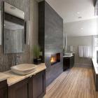 Современная ванная комната с камином. (ванна,санузел,душ,туалет,дизайн ванной,интерьер ванной,сантехника,кафель,интерьер,дизайн интерьера,мебель,камин,очаг,современный)