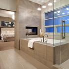 В данном интерьере камин отделяет ванну от спальни.