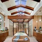 В данной просторной ванной комнате камин находится прямо в душевой.