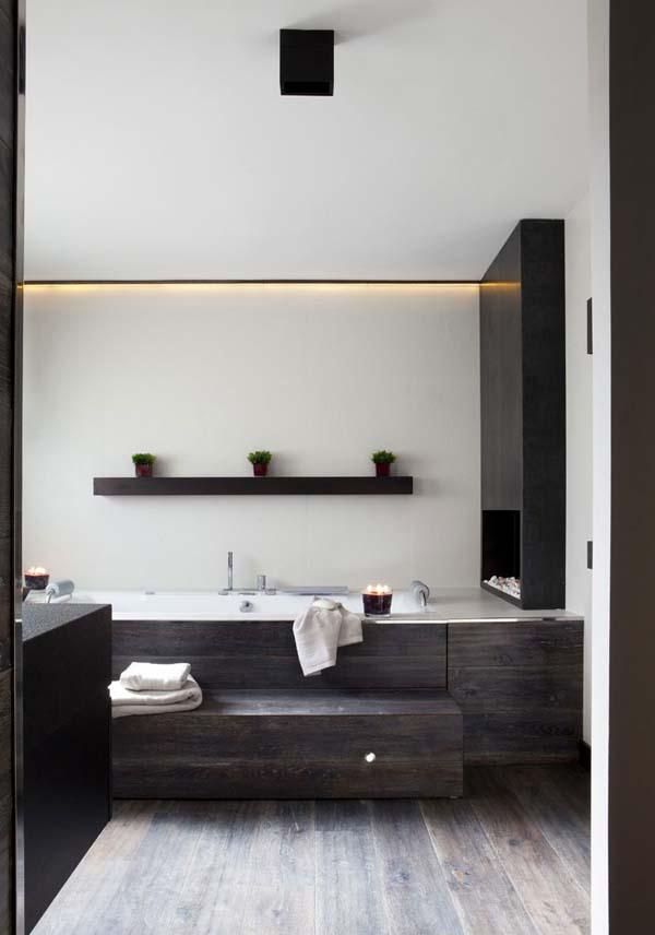 Дизайн ванной комнаты выполнен в черно-белых тонах. Газовый камин расположен прямо рядом с ванной.