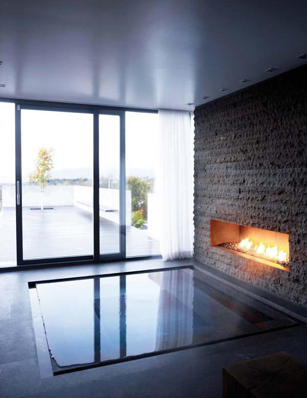Если свободное место позволяет, то можно пойти дальше устроив бассейн у газового камина и сделав выход на террасу прямо из ванны через сдвижную стеклянную дверь.