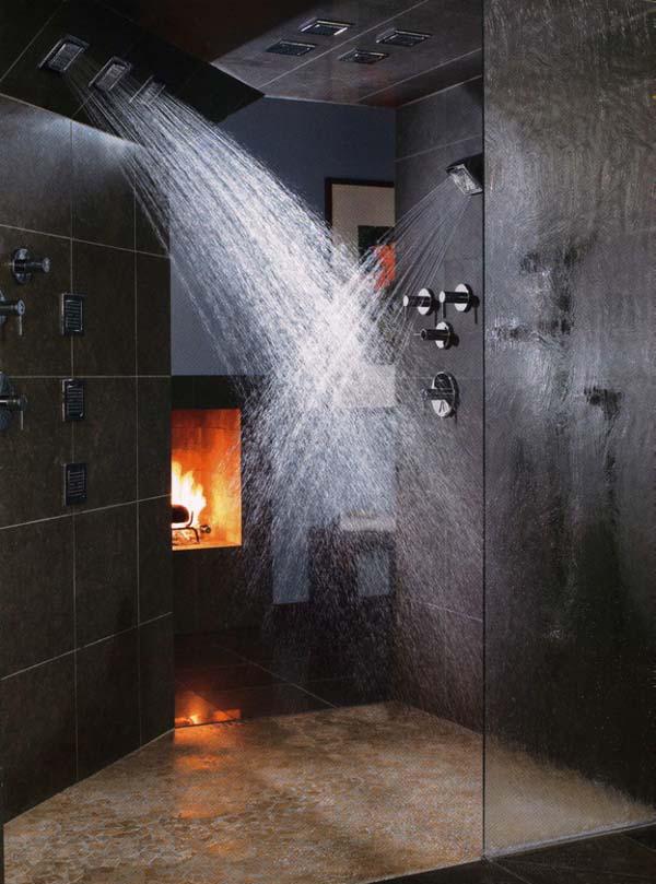 Если у вас большая ванна-спа с массажным душем и прочими прелестями, стоит подумать о создании соответствующей атмосферы с помощью камина.
