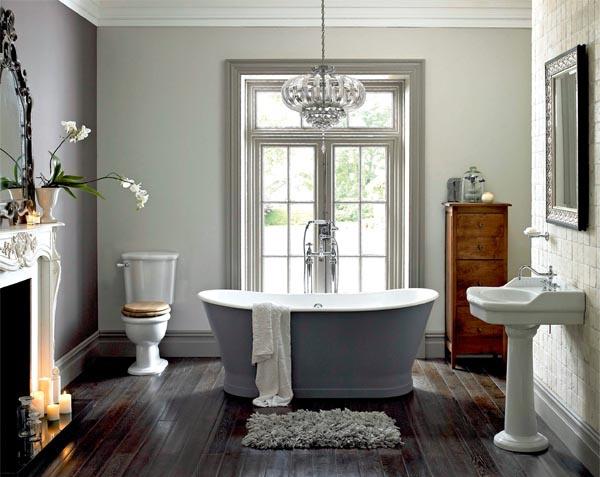 Какая ванная комната в викторианском стиле может обойтись без камина, даже если он уже не действует, его могут оживить свечи.