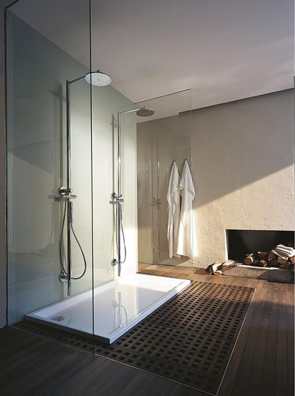 Просторная ванна с двойной душевой и камином на дровах.