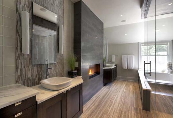 Современная ванная комната с камином.
