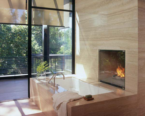 Стильная современная ванная комната с выходом на террасу. Камин расположен прямо рядом с ванной.