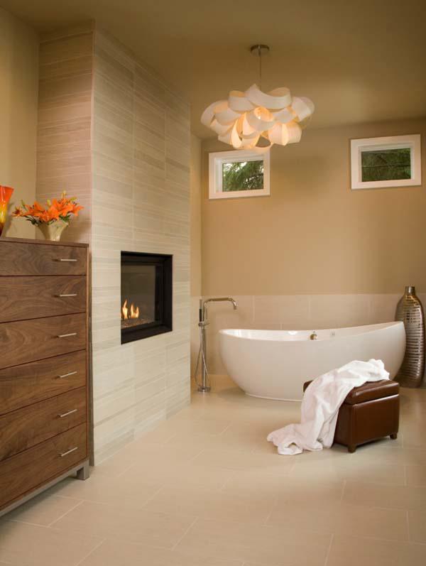Светлая ванна с газовым камином.
