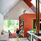 Потолок дома отделан пронастилом (жилая комната,минимализм,мебель,архитектура,дизайн,интерьер,экстерьер,маленький дом)