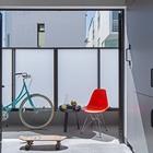 Экранированный матовым стеклом балкон обеспечивает приватность позволяя проводить время на свежем воздухе. (минимализм,интерьер,дизайн интерьера,мебель,квартиры,апартаменты,на открытом воздухе,патио,балкон,терраса)