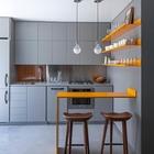 Отличной идеей для маленького помещение является использование мебели с фасадами того же цвета, что и стены, так она визуально отнимает меньше места.