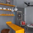 Яркая желтая барная стойка и такие же желтые полочки являются своеобразным украшением и существенно оживляют интерьер квартиры выполненный в серых тонах. (минимализм,интерьер,дизайн интерьера,мебель,квартиры,апартаменты,кухня,дизайн кухни,интерьер кухни,кухонная мебель,мебель для кухни,столовая,дизайн столовой,интерьер столовой,мебель для столовой,гостиная,дизайн гостиной,интерьер гостиной,мебель для гостиной)