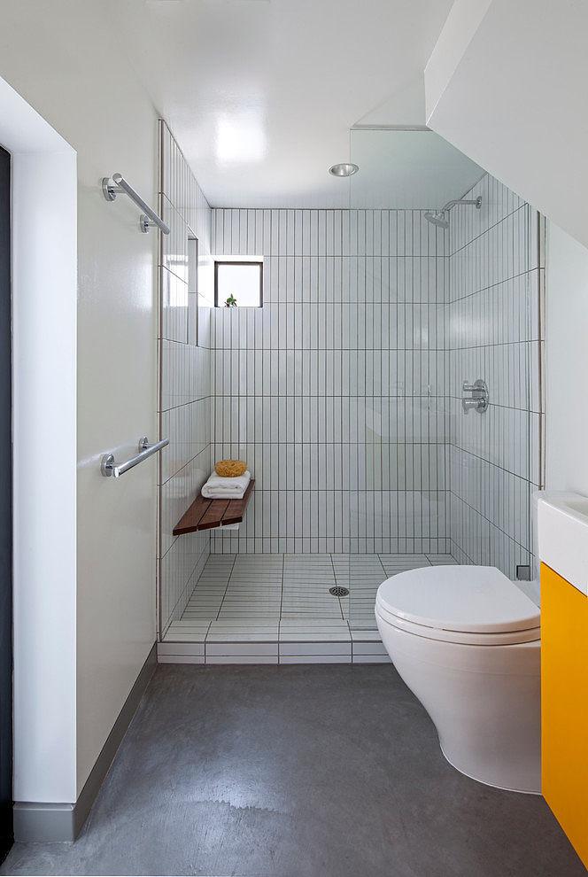 Даже в маленькой квартире нет смысла ограничивать себя в удовольствии принять душ в удобной просторной душевой.