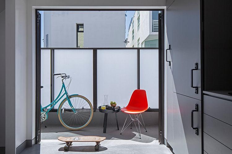Экранированный матовым стеклом балкон обеспечивает приватность позволяя проводить время на свежем воздухе.