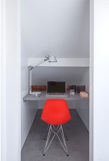 Небольшой домашний офис в стенном шкафу.