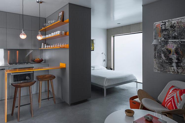 Спальня находится буквально рядом с кухней и отделена от нее лишь шкафом до потолка.